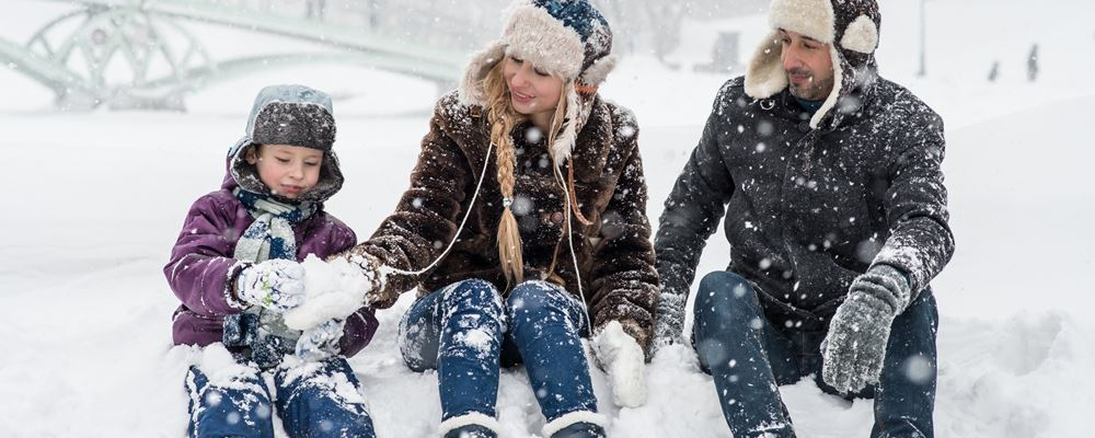 woman-man-and-girl-sitting-on-snow-1620653.jpg